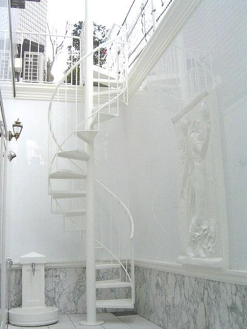 ドライエリアの雰囲気に溶けこむ螺旋階段