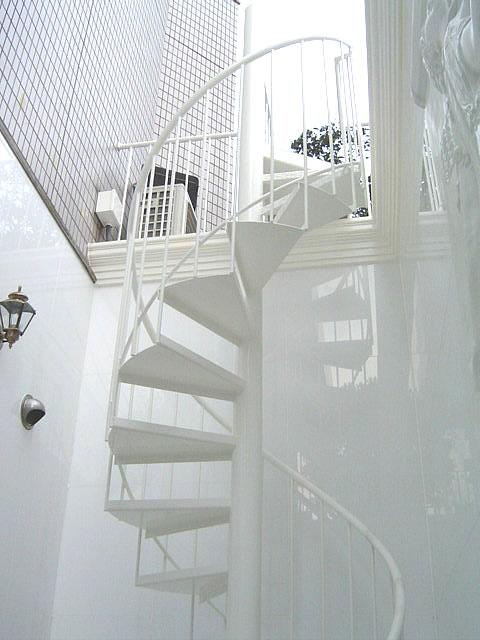 螺旋階段の段板はZ曲げというジグザグに曲げられた形状