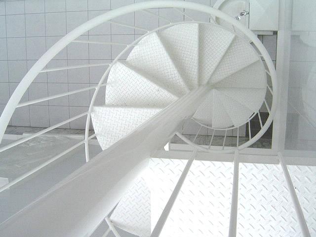 白色の螺旋階段を上から見下ろしている