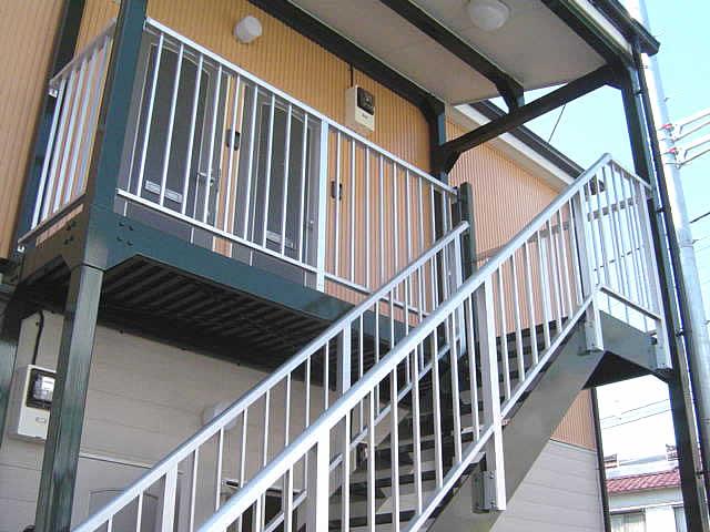 アパートの鉄骨廊下と階段、手摺はシルバーのアルミ製