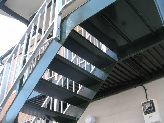 裏側から見上げる鉄骨階段