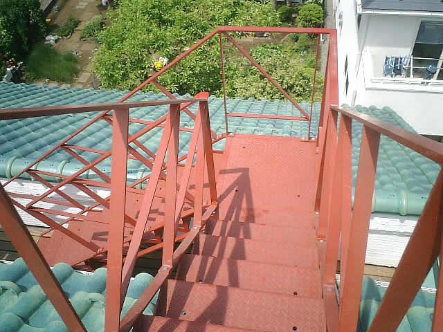 オフィスビルの屋上に上がる鉄骨階段
