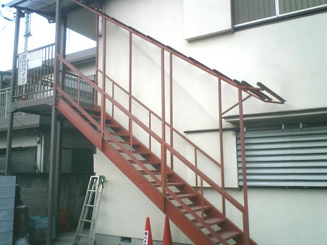交換し新調された鉄骨階段は角度が変更されている