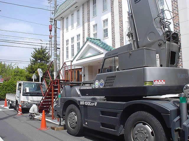 オフィスビルの屋上へ上がる鉄骨階段を増築で作る