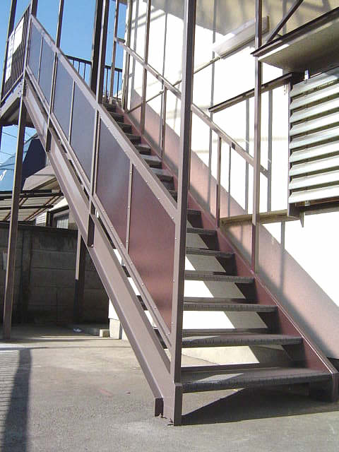 新調された鉄骨階段を前から見ている。目隠しはポリカーボネイト板
