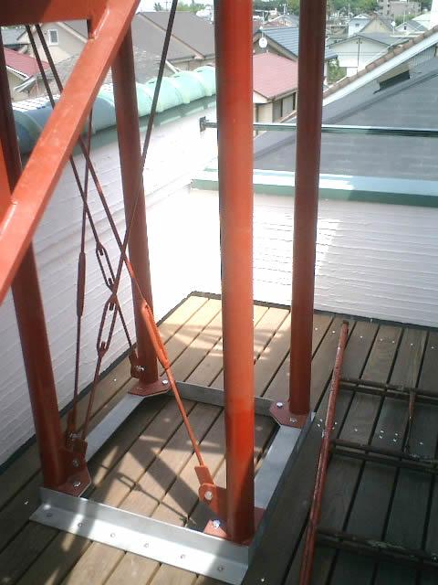踊り場を支える鉄柱の足元の取付パーツは溶融亜鉛メッキ鋼材