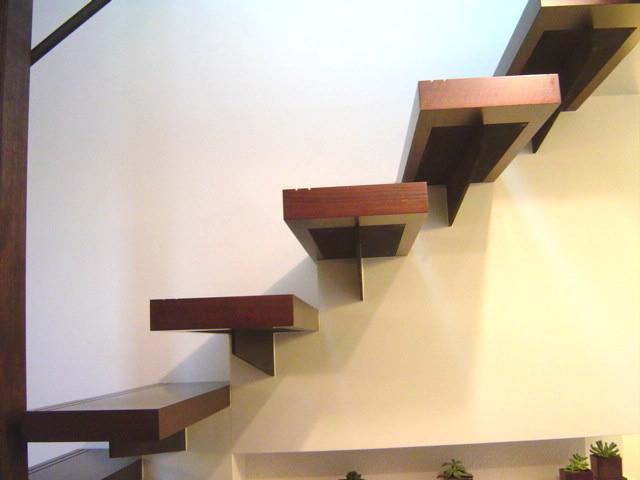 宙に浮く鉄骨階段はあなたの生活を楽しく演出しくれる。
