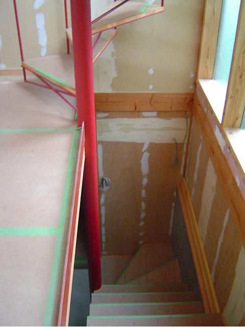 見える床が1階。そこから地下へは木造階段、上へは螺旋階段