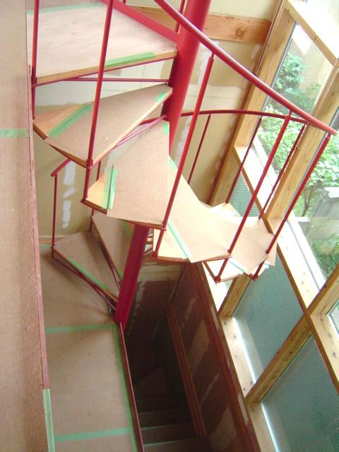 吹き抜け空間を貫く螺旋階段