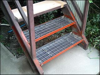 穴が空いたら危険サイン!鉄骨階段の段板交換工事。