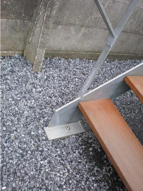 鉄骨階段の足元はアンカー固定