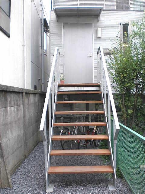 正面から見た玄関アプローチ鉄骨階段