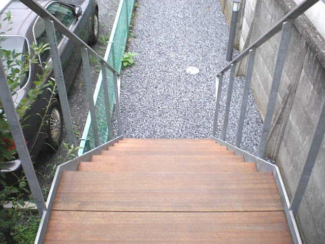 シルバーの外観を持つ建物に合う鉄骨階段はもちろん・・