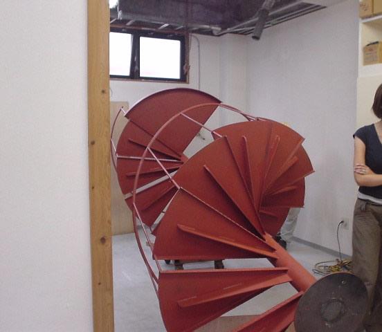 台車を利用して室内まで引き込んだ螺旋階段