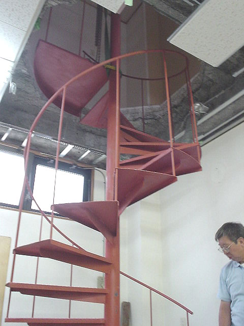 開口した天井で貫通した螺旋階段を下から見上げる