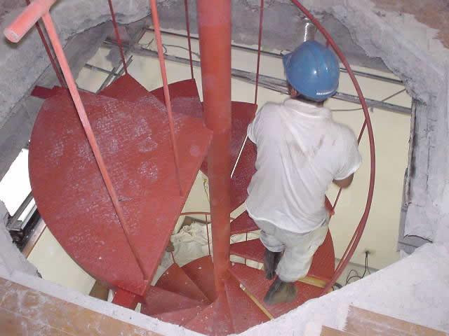 開口した穴に螺旋階段を通す。人が往復する
