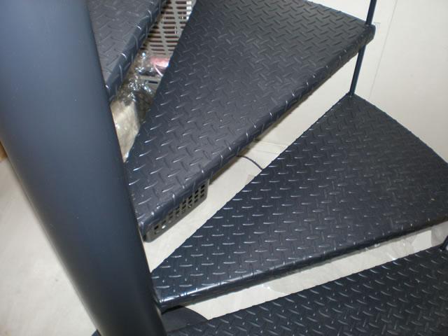 螺旋階段の段板がチェッカープレート