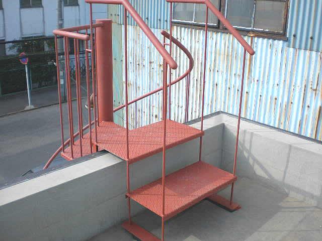 屋上に降りる小さな階段。背後の螺旋階段と溶接して組み立てる