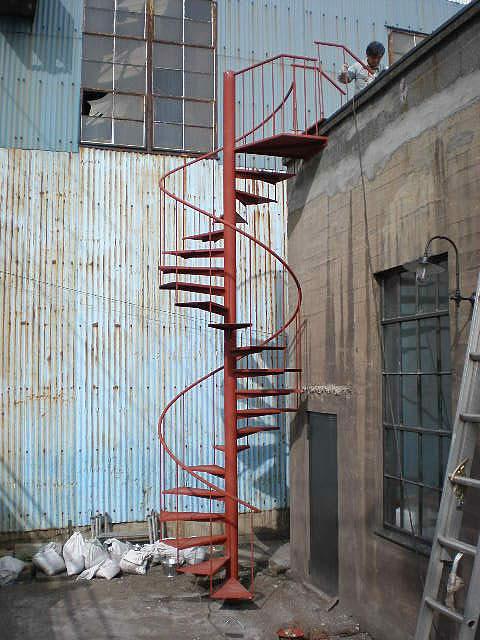 スケルトン螺旋階段でデザインも費用もシンプルに。