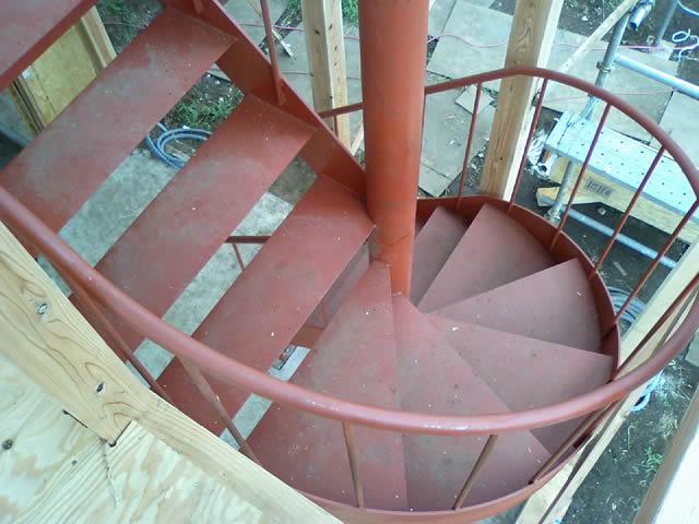 木造住宅のに設置された鉄骨階段