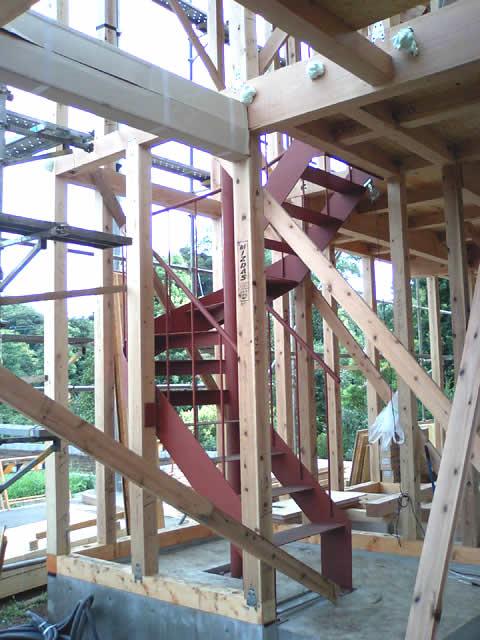 木軸の中にすっぽり収まる鉄骨階段