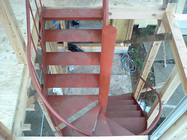 上から見下ろした鉄骨階段。踊り場部分のみ螺旋上がりに。