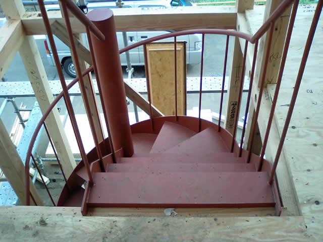ステップはあとから木製ステップが施工される