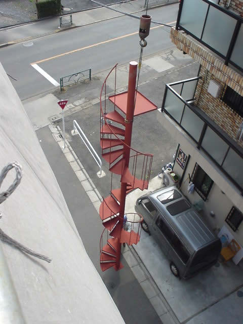 重機で吊る螺旋階段工事