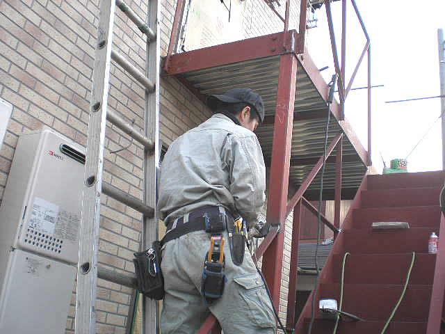 塗装前の防錆塗装された鉄骨階段
