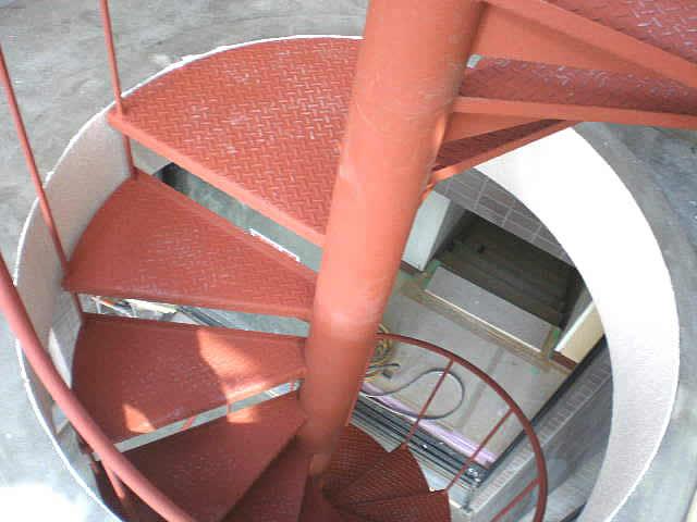 床の丸い開口を通る螺旋階段