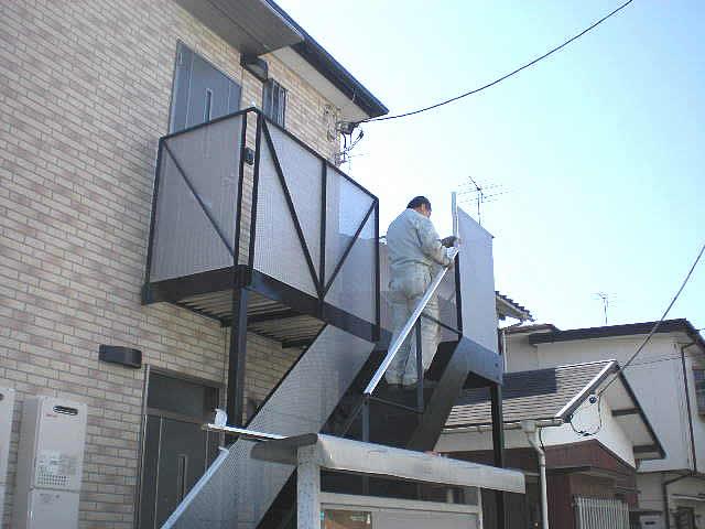 黒く塗装された鉄骨階段