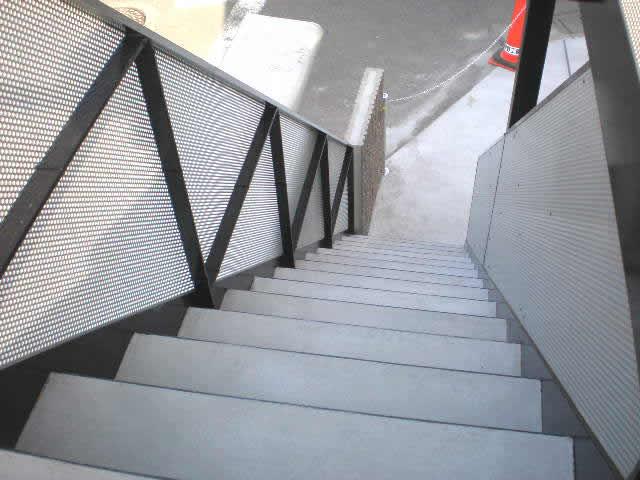 鉄骨の階段のステップはモルタル打設式