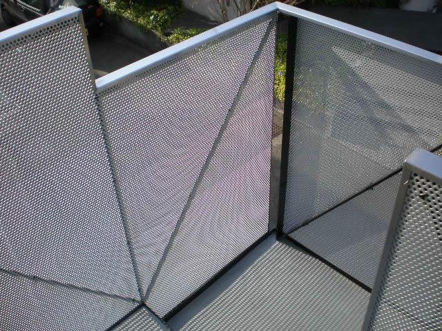アルミ製パンチグメタルを鉄骨階段の手摺内側に貼る