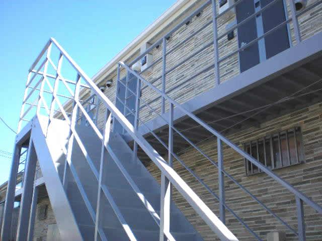 鉄庫階段と鉄骨廊下を下から見上げる