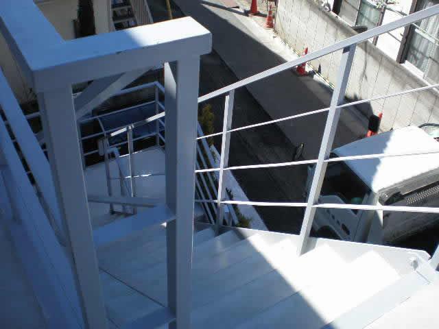 鉄骨階段と廊下、ともに床面はモルタル
