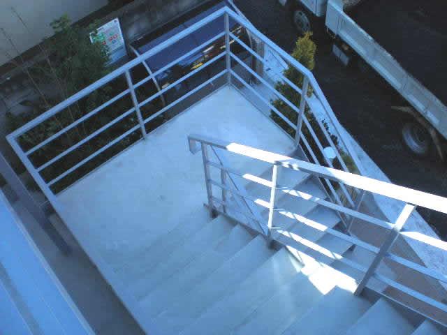上から見下ろした鉄骨階段