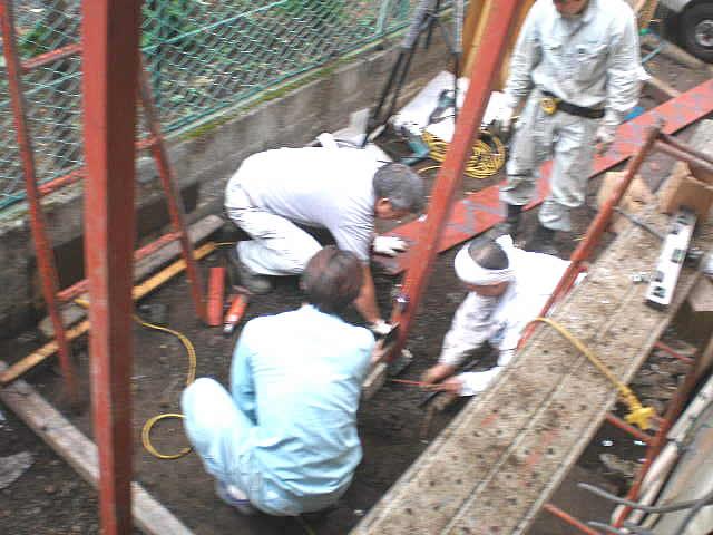 鉄骨廊下と支柱を固定する