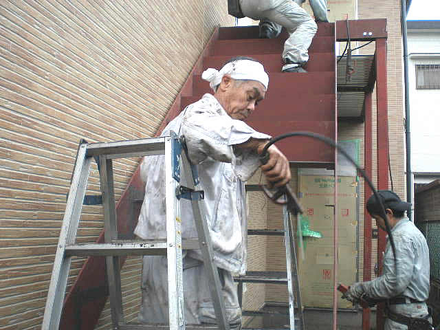 鉄骨階段のステップを現場で溶接
