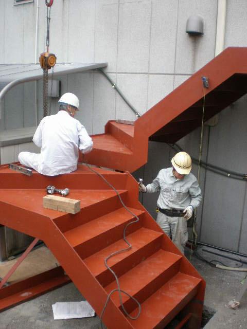 オフィスビルに増設の鉄骨階段