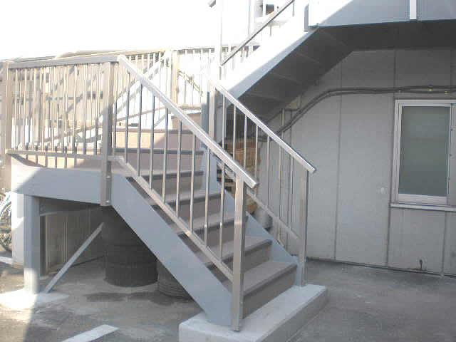 鉄骨階段とアルミ製の手摺、タキステップ