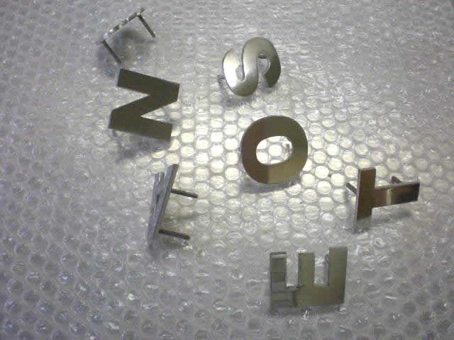 レーザーカットされたステンレスで作った文字パーツ