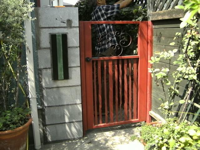 フラットバーを格子にした鉄製門扉