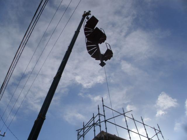 重機に吊られる螺旋階段