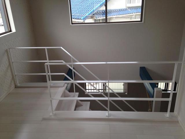 吹き抜けと木製階段に設置した白色手摺