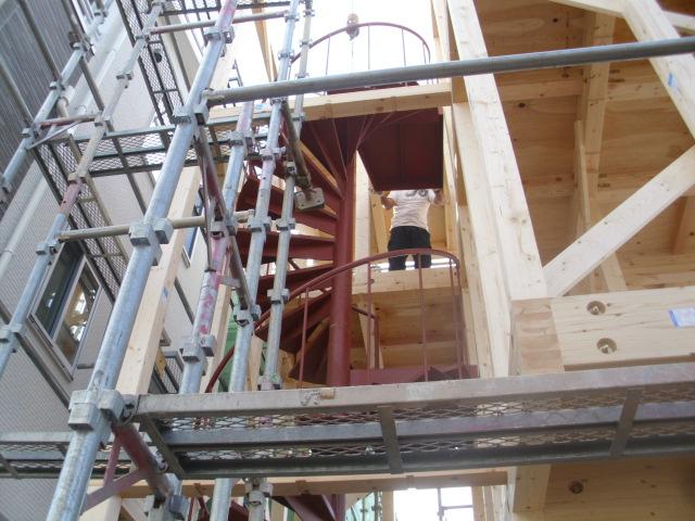 木造建て方時の螺旋階段工事