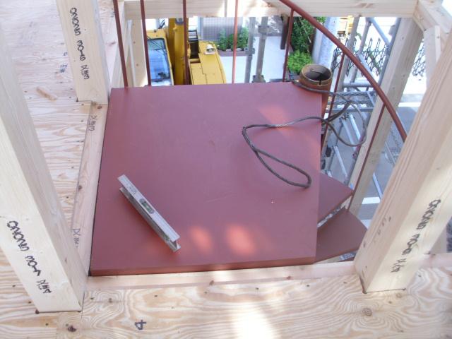 木造建物の室内に螺旋階段