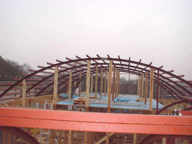 建物の丸い屋根。鉄骨下地を製作
