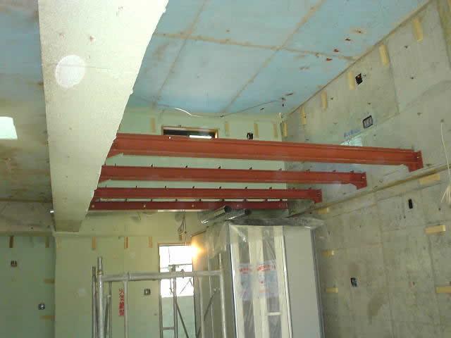 ロフトスペースを受ける梁材を鉄骨でつける