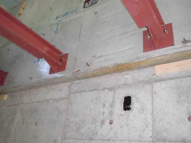 ロフトの床下地の鉄骨をアンカーで固定