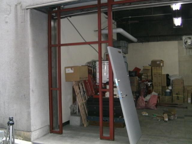 倉庫入り口の鉄骨工事